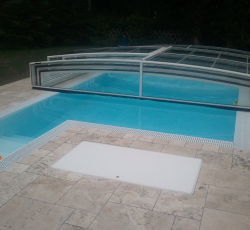 Compact pool with overflow channel